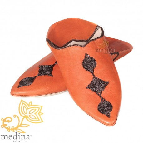 Babouche de Fez à bout pointu orange et broderies de soie